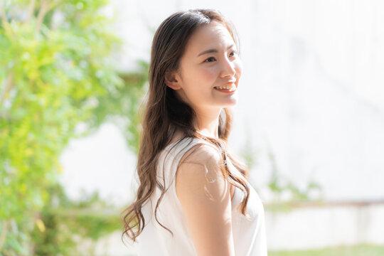 若い日本人女性 ヘアーケア ビューティ イメージ