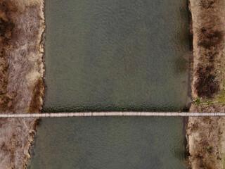Lekki most na rzece. kładka piesza na rzece z lotu ptaka