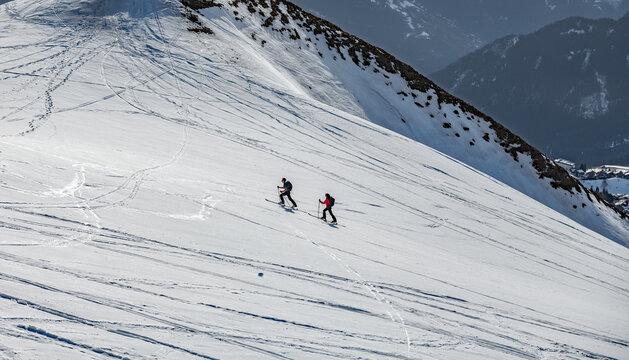 Deux randonneurs à ski montant au sommet du Grand truc à la Toussuire en savoir adns les Alpes en France
