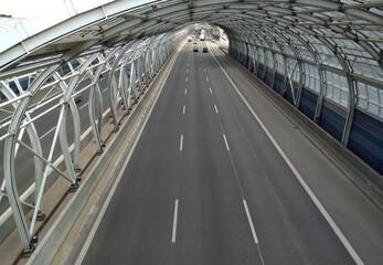 Trasa autostrada szara naprzód asfalt aspiracja zakole niebieski most budowy zachmurzony dzień gol kierunek odległość suchy szary autostrada horyzont pejzaż linia długo znak nowoczesny nowy nowo