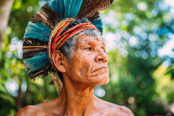 Fototapeta Indian from the Pataxó tribe, with feather headdress. Elderly Brazilian Indian looking to the right. focus on face obraz