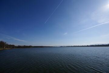 Obraz jezior niebo horyzont smuga kondensacyjna - fototapety do salonu