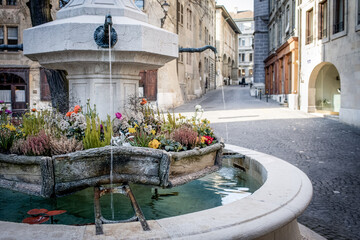 At the beginning of spring, the fountains of the old town of Geneva are decorated with flowers and drinking water flows again to refresh walkers.