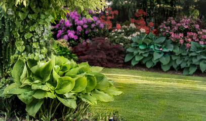 wiosenny ogród, wiosna w ogrodzie, piękny ogród, zielony trawnik