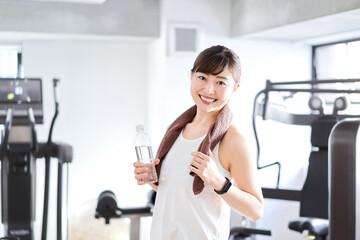 スポーツジムで汗を流すアジア人女性
