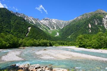 Fototapeta 中部山岳国立公園。初夏の上高地より穂高連峰を望む。松本、長野、日本。6月下旬。