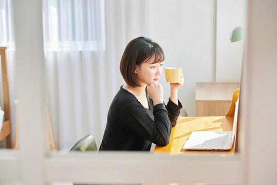 햇살이 비추는 창가 앞, 책상에 앉아서 커피 또는 차를 마신다. 컴퓨터를 보며 생각, 일, 대화, 온라인 쇼핑, 웹서핑을 한다.
