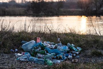 Fototapeta śmieci wyrzucone nad rzeką obraz