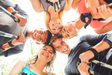 Gruppe Teenager als Freunde im Kreis