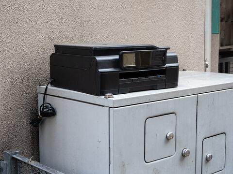 廃棄された古いプリンター