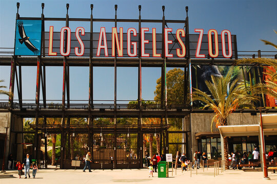 A large sign hangs over the entrance of the Los Angeles Zoo