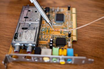 Lutowanie przewodów do podzespołów komputerowych. Naprawa komponentów każdego komputera - fototapety na wymiar