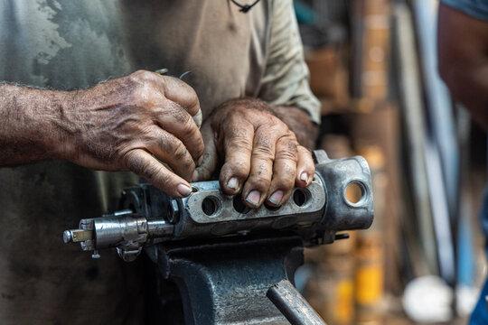 mãos de mecânico trabalhando