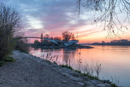 Sonnenaufgang am Hafen in Schierstein