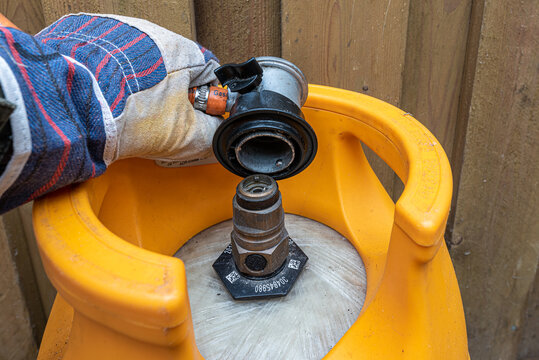 mounting a gas regulator on a gas cylinder