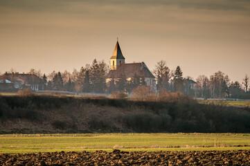 wiejski pejzaż z kościołem