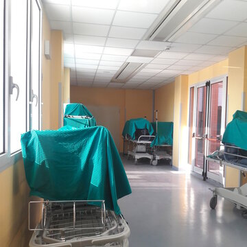 Letti nel corridoio dell'ospedale