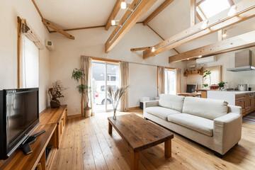 Obraz 木材と天窓が印象的な一軒家のリビング - fototapety do salonu