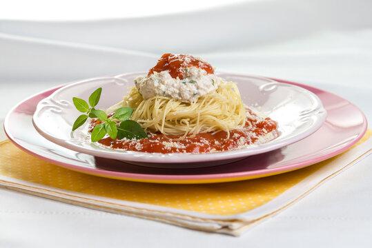 massa italiana servida com tomate e queijo
