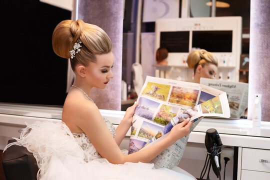 The picture shows model Susanne Reiter (23) from Gießen reading the newspaper in the hairdressing salon in Düsseldorf.