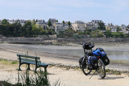 Everything is there, a bank, an idyllic city backdrop and a touring bike. Time for a break.
