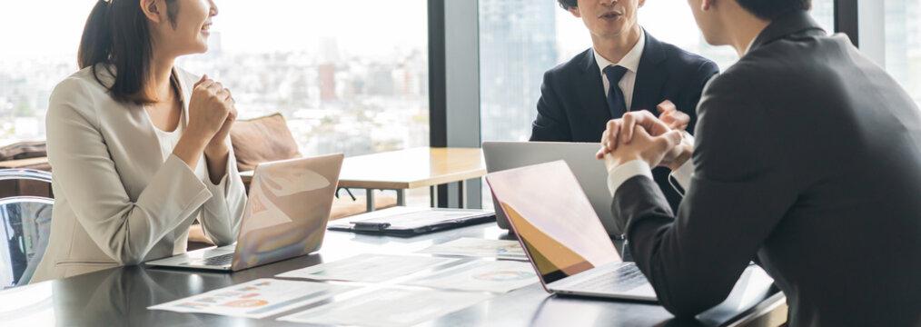 会議、打合せをする複数の若いビジネスマン