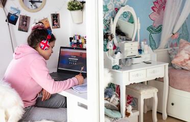 Fototapeta dziecko, uczeń przy biurku podczas zdalnej nauki przez internet obraz