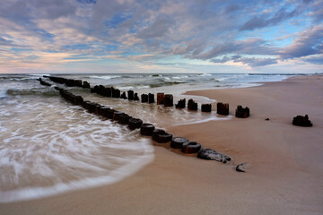 Morze Bałtyckie, falochron,  plaża w Dźwirzynie, Polska.