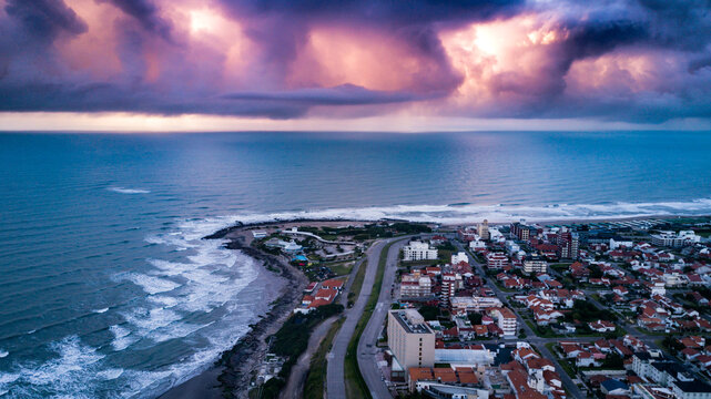 fotos aereas tomadas con un drone de la Ciudad de Mar del plata argentina y su costas que reciben al Oceano Atlantico