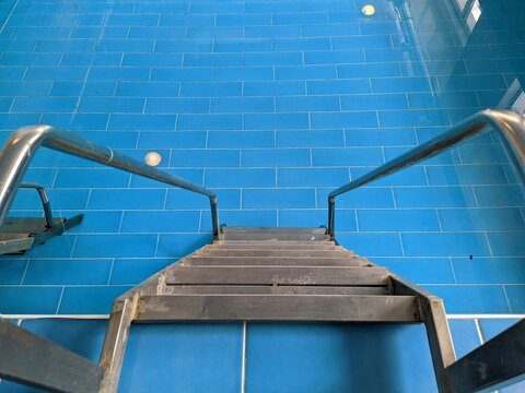 ladder leading into the water of a pool
