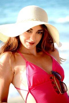 Portrait de jeune femme souriante, brune, en maillot de bain rose et chapeau , Plage de Réthymnon, Crète, Grèce, Europe 5