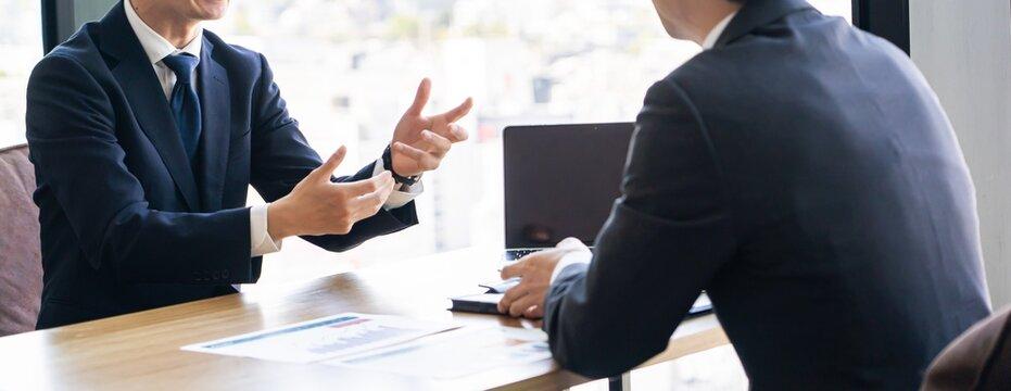 会議、打合せをする若い日本人ビジネスマン
