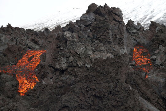 Lava oozes from a new fissure near Fagradalsfjall