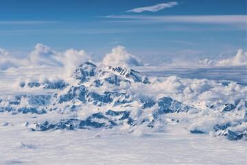 Fototapeta Blick aus dem Flugzeug - Der mit 6190 Metern höchste Berg Nordamerikas ist selten so schön zu sehe - Der 1913 erstmals bestiegene Berg heißt seit  2015  nicht mehr Mount McKinley, sondern Mount Denali