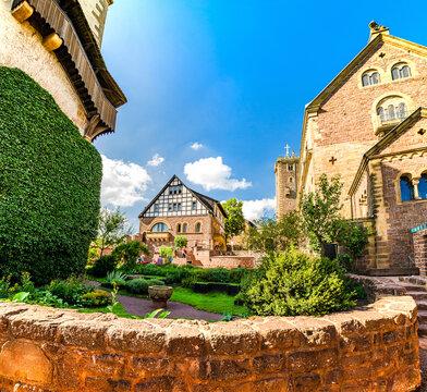 Zweiter Burghof der Wartburg mit Küchengarten, Palas und Gadem in Eisenach, Thüringen, Deutschland