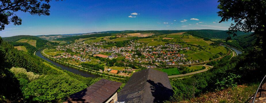 Panoramablick von Kastel Staadt über die untere Saar auf Serie