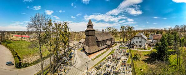 Drewniany zabytkowy kościół na Śląsku w Polsce we wsi Pielgrzymowice
