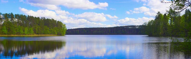 Fototapeta Czyste jezioro położone wśród zielonych lasów. Słoneczny, ciepły dzień, gra świateł i kolorów. obraz