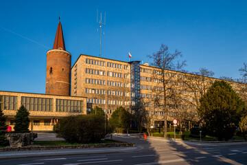 budynek Urzędu Wojewódzkiego w Opolu i Wieża Piastowska w Opolu w pogodny dzień