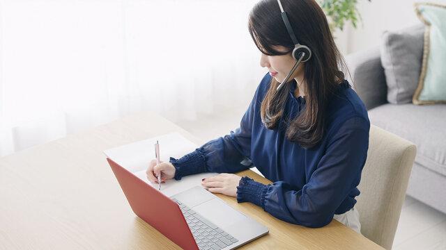 オンラインで勉強する女性 オンラインセミナー eラーニング