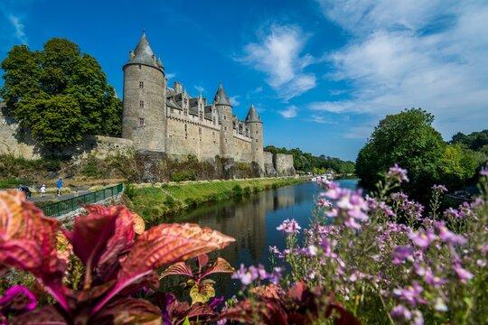 Josselin, cité de caractère et village fleuri, baigné par la rivière l'Oust, se situe dans la Morbihan en Bretagne.