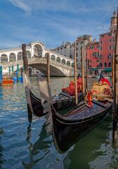 Gondeln in Venedig mit Rialto Brücke