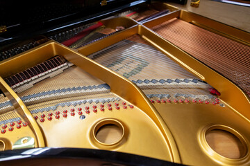 Gros plan sur la structure interne en métal et les cordes d'un piano à queue