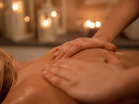 Abhyanga massage is a gentle or deep massage of the whole body, performed with the use of high-quality Ayurvedic oils. The photo shows a back massage.