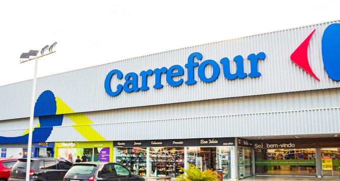 Fachada do hipermercado Carrefour. Foco na logo da empresa. Supermercado, hipermercado, mercado, internacional. 16, 02, 2020. Brasil.