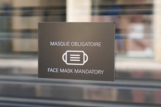 masque obligatoire text French means face mandatory mask required in windows boutique store front