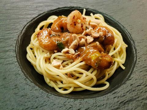 Garnelen in Erdnusssauce auf Spaghetti