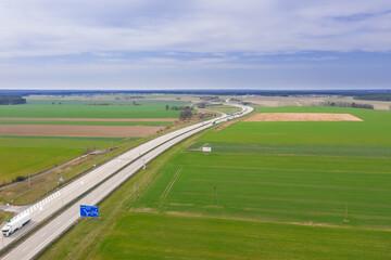 Autostrada przebiegająca przez rozległe równiny. Widok z drona.