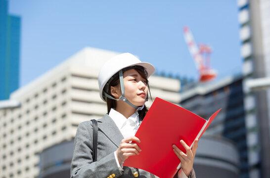 ヘルメット 女性エンジニア イメージ