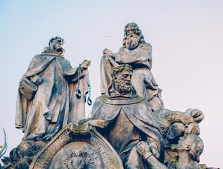 Fototapeta Posągi świętych Jana z Maty, Feliksa Walezjusza i Iwana na Moście Karola w Pradze